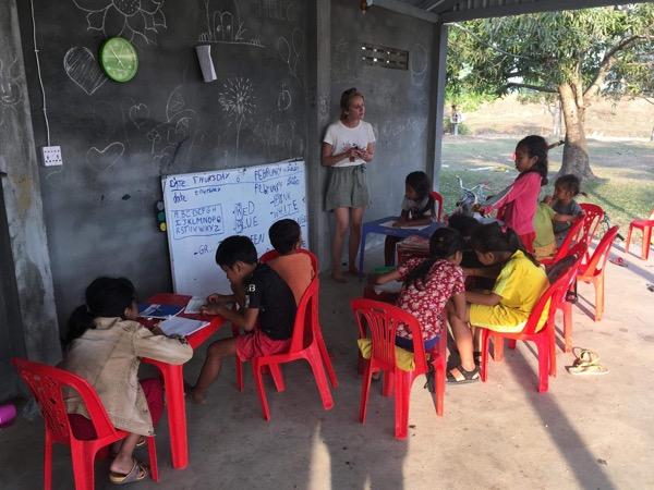 Classe d'anglais au centre socio-éducatif Au-Delà Les Rizières